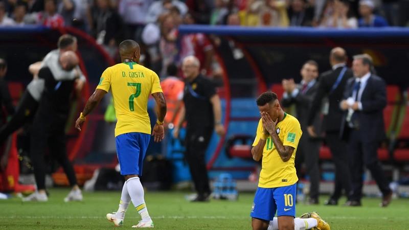 Douglas Costa e Neymar após derrota para a Bélgica: sentimento belga de vingança (Foto: Fifa/Divulgação)