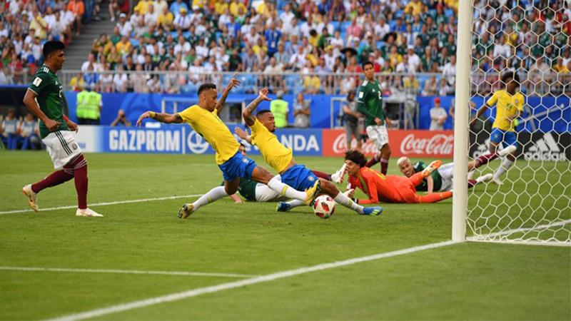 Neymar desliza de carrinho para marcar o primeiro gol do Brasil contra o México (Foto: Fifa/Divulgação)