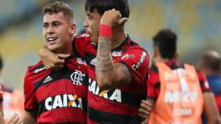 Com dois gols em sete minutos, Flamengo vence e mantém liderança