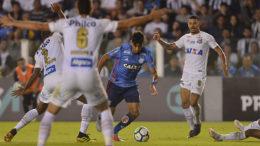 Paquetá tenta passar por marcadores do Santos em jogo que terminal empatado (Foto: Staff Images/Flamengo)