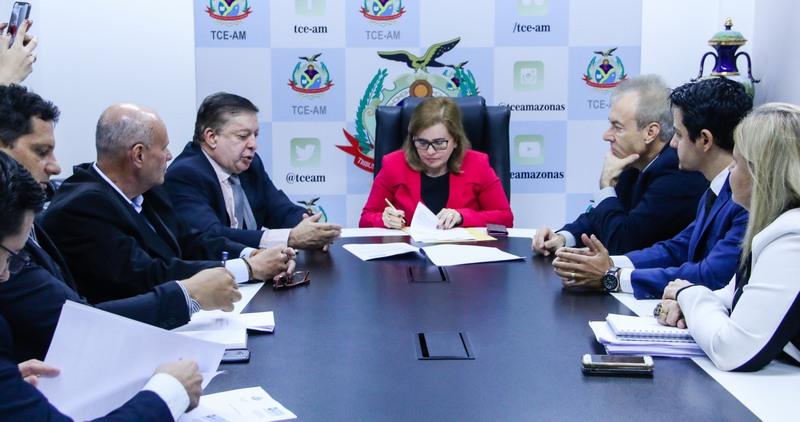Yara Lins assina termo de parceria para incluir nomes de gestores públicos em cartórios de protestos caso não paguem multas (Foto: Ana Cláudia Jatahy/TCE)