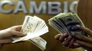 Valorizado, dólar pode ser comprado com cartão de crédito