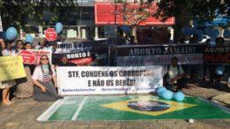 Manifestantes exibiram faixas e cartazes com frases sobre processo no STF (Foto: Patrick Motta/ATUAL)
