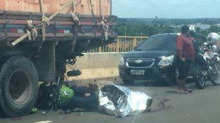 Motociclista morre ao se chocar contra caminhão na Ponte Rio Negro