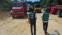 Agentes do Ipaam apreenderam caçambas carregando barro de área de proteção ambiental no Amazonas (Foto: Ipaam/Divulgação)