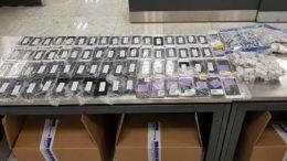 Aparelhos de iPhones estavam em três malas com passageiro que veio dos EUA (Foto: PF-SP/Divulgação)