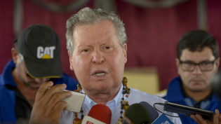 'Ele quer se manter no poder para beneficiar seu pequeno grupo', diz Arthur sobre Amazonino