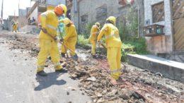 Servidores da Secretaria da Região Metropolitana trabalham em recuperação de rua em Manaus: SRMM registra imagens para provar que não interfere em áreas da prefeitura (Foto: SRMM/Divulgação)