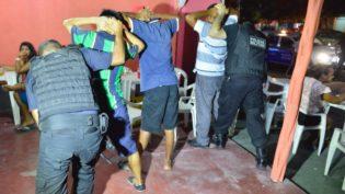 Operação recupera carros e moto roubados e prende oito por tráfico em Manaus