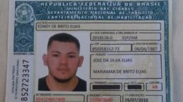 CNH falsa foi impressa em papel diferente do documento verdadeiro e portador foi preso (Foto: Detran-AM/Divulgação)