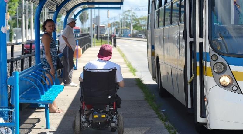 Cadeirantes têm dificuldades para pegar ônibus devido à recusa de motoristas e problemas em elevador dos veículos (Foto: Leonardo Contursi/CMPA)