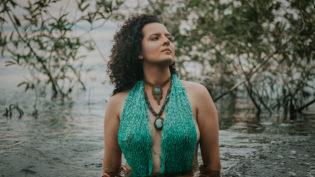Karine Aguiar traz sustentabilidade e inovação musical em novo videoclipe