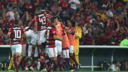 Jogadores comemoram gol de Éverton Ribeiro que garantiu vitória e classificação do Flamengo (Foto: Gilvan de Souza/Flamengo)