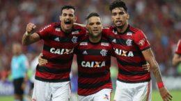 Henrique Dourado e Paquetá abraçam Diego, autor do gol da vitória do Flamengo (Foto: Gilvan de Souza/Flamengo)