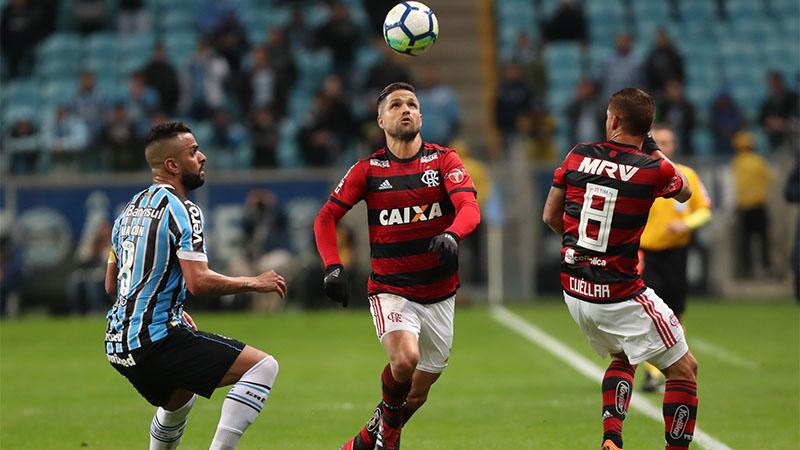 Diego passa por marcador do Grêmio em lance de jogo: tudo igual no placar (Foto: Gilvan de Souza/Flamengo)