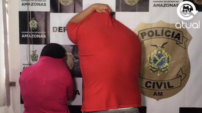 A tia da menina e o empresário Fabian Neves esconderam o rosto na apresentação à imprensa na delegacia na manhã desta quarta-feira (Foto: ATUAL/Reprodução)