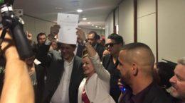 Fernando Haddad e Gleisi Hoffmann exibem registro de candidatura de Lula para presidente da República (Foto: Agência PT)