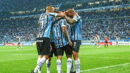 Jogadores comemoram gol de Alisson que levou decisão para os pênaltis, vencida pelo Grêmio (Foto: Lucas Uebel/Grêmio FBPA)