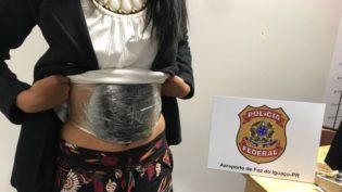 PF prende garota de 18 anos em aeroporto com haxixe preso ao corpo