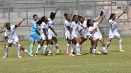 Jogadoras do Iranduba agradecem apoio da torcida após vitória sobre o Kindermann que garantiu classificação no Brasileirão Feminino (Foto: Cíntia Valadares/Divulgação)