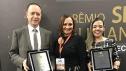João Batista Mezari, diretor da Moto Honda; Kátia Andrade, da ABRH; e Daniella de Lima Sampaio na solenidade do prêmio (Foto: Moto Honda/Divulgação)