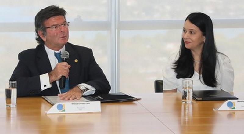 Ministro Luiz Fux e a advogada-geral da União Grace Mendonça firmaram acordo de cooperação (Foto: TSE/Divulgação)