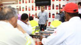 Pauderney visitou a fábrica da Coca Cola e disse que vai trabalhar para garantir incentivo (Foto: Marcelo Cadilhe/Divulgação)
