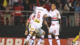 Jogadores do São Paulo festejam gol: vitória sobre a Chape garantiu liderança (Foto: Rubens Chiri/saopaulofc.net)