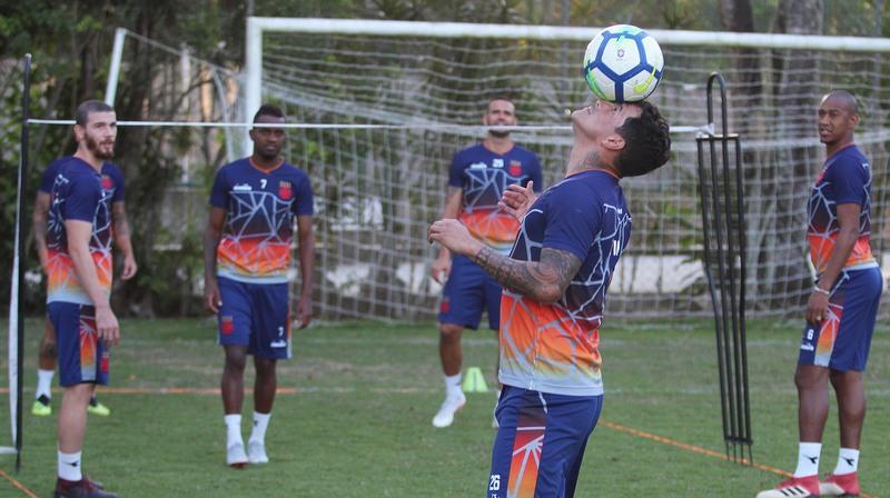 Jogadores treinaram em clima descontraído, apesar da posição delicada na tabela do Brasileirão (Foto: Paulo Fernandes/Vasco)