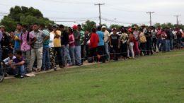 Venezuelanos foram impedidos de entrar no Brasil pela fronteira com Roraima (Foto: Leonardo Medeiros/Conectas/CNDH)