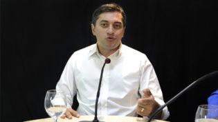 Wilson pede que Justiça proíba Amazonino de usar abono aos professores na campanha
