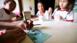 Alunos da rede pública de ensino do DF realizam atividades de educação ambiental na Escola da Natureza (Foto: Marcelo Camargo/Agência Brasil)