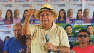 Amazonino pede multa de R$ 50 mil a Omar por propaganda que cita traficante