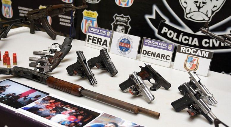 Armas estavam em poder de criminosos e foram apreendidas durante prisões dos envolvidos (Foto: SSP-AM/Divulgação)