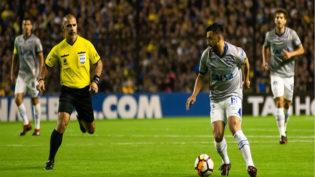 Com arbitragem polêmica, Cruzeiro perde para o Boca e se complica na Libertadores