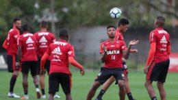 Vitinho domina a bola em treino do Flamengo para jogo decisivo contra o Corinthians (Foto: Gilvan de Souza/Flamengo/Divulgação)