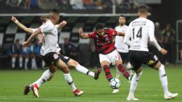 Henrique Dourado é cercado por marcadores do Corinthians em lance de jogo que o time paulista levou amelhor (Foto: Gilvan de Souza/Flamengo)