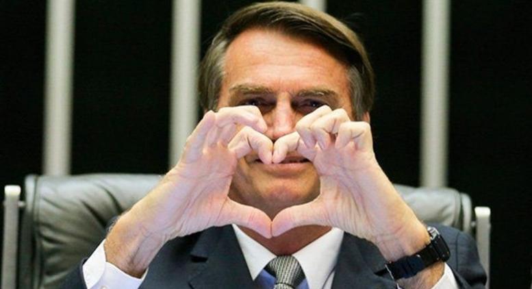 Bolsonaro em momento paz e amor antes do atentado em Juiz de Fora (MG): livre da acusação de racismo (Foto: PSL/Divulgação)