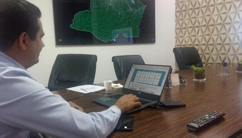 José Carlos Mendonça mostra sistema desenvolvido para permitir acompanhamento em tempo real de contas públicas (Foto: ATUAL)