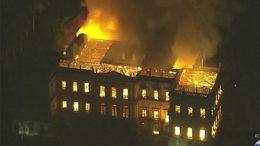 Fogo consumiu todo o prédio do Museu Nacional, na Quinta da Boa Vista, no Rio (Foto: Globo News/YouTube/Reprodução)