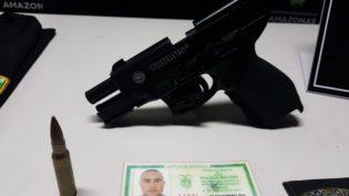 Homem é preso com falsa identidade de policial e arma de brinquedo
