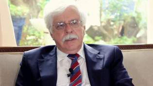 'Democracia brasileira vive em risco permanente', avalia filósofo