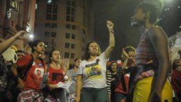 Protesto no Dia Internacional de Combate à Violência contra a Mulher, pelo fim da violência contra as mulheres e contra o PL 5069/13, em frente à Câmara de Vereadores (Foto: Fernando Frazão/Agência Brasil)
