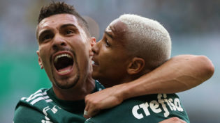 Com gol de Deyverson, Palmeiras bate o Corinthians em clássico