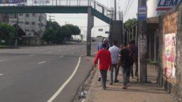 Eleitores em parada de ônibus em Manaus reclamam da demora das linhas (Foto: ATUAL)