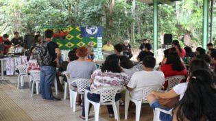 Jovens realizam ato pela democracia e a favor da universidade pública