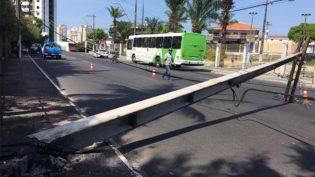 Taxista derruba poste e causa queda de energia na zona centro-sul de Manaus