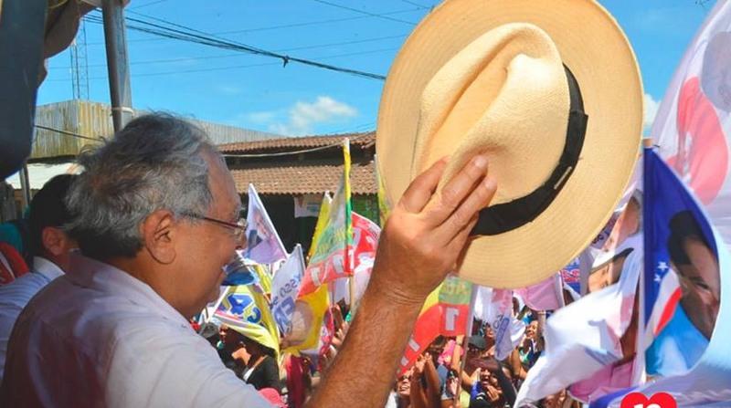 Amazonino aparece em vídeo ensinando eleitor a votar. Justiça entendeu que é simulação irregular de voto (Foto: Facebook/Reprodução)