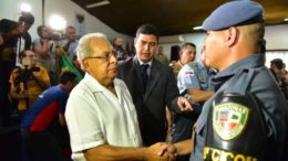 Governador Amazonino Mendes cumprimenta policial em solenidade de condecoração (Foto: Bruno Zanardo/Divulgação)