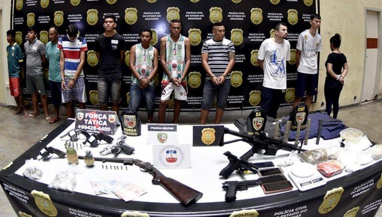 Fuzil, pistolas e granadas estão entre armas apreendidas com suspeitos de tráfico e assassinato em Manaus (Foto: Erlon Rodrigues/SSP-AM)